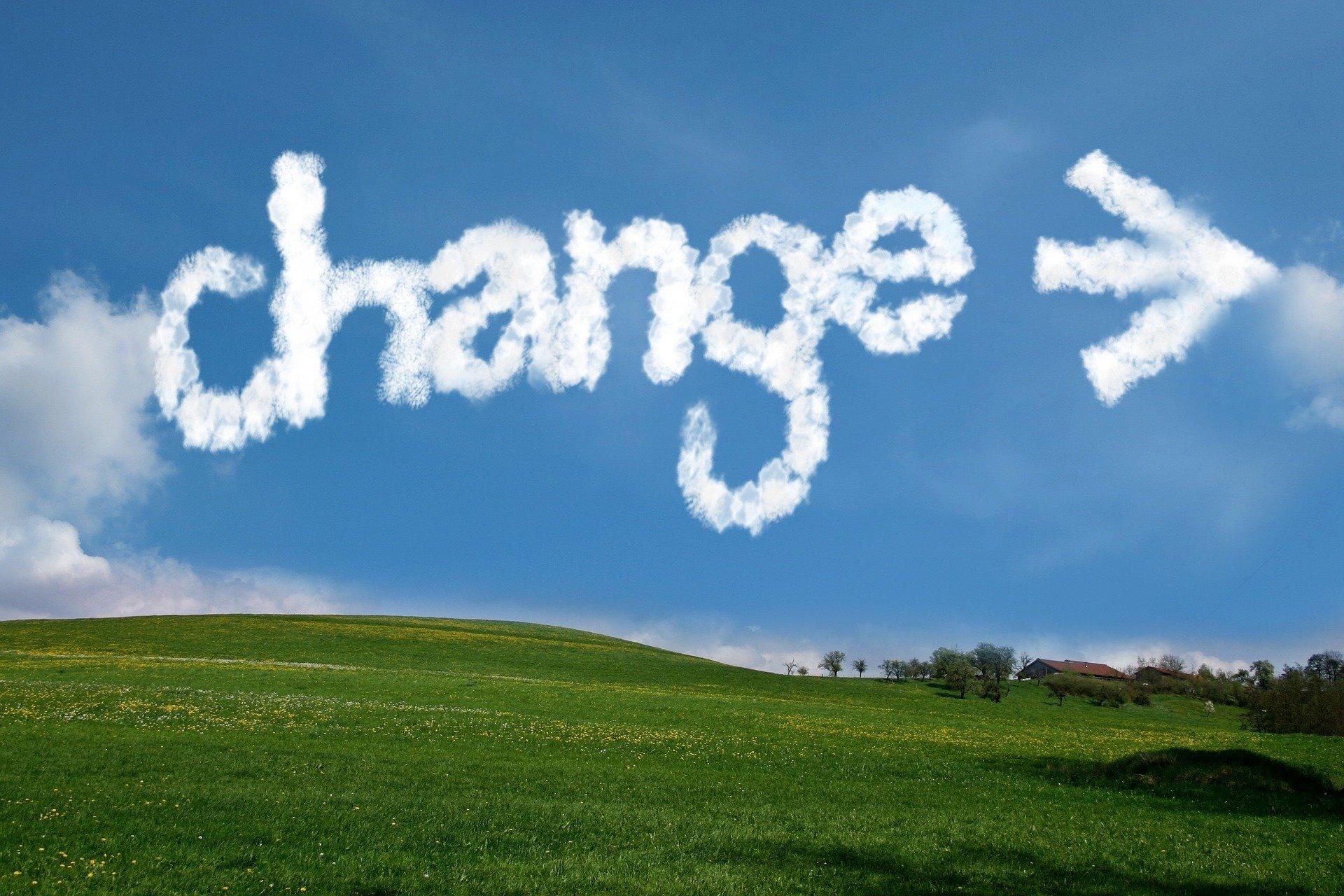 change blauer himmel mit grüner Landschaft