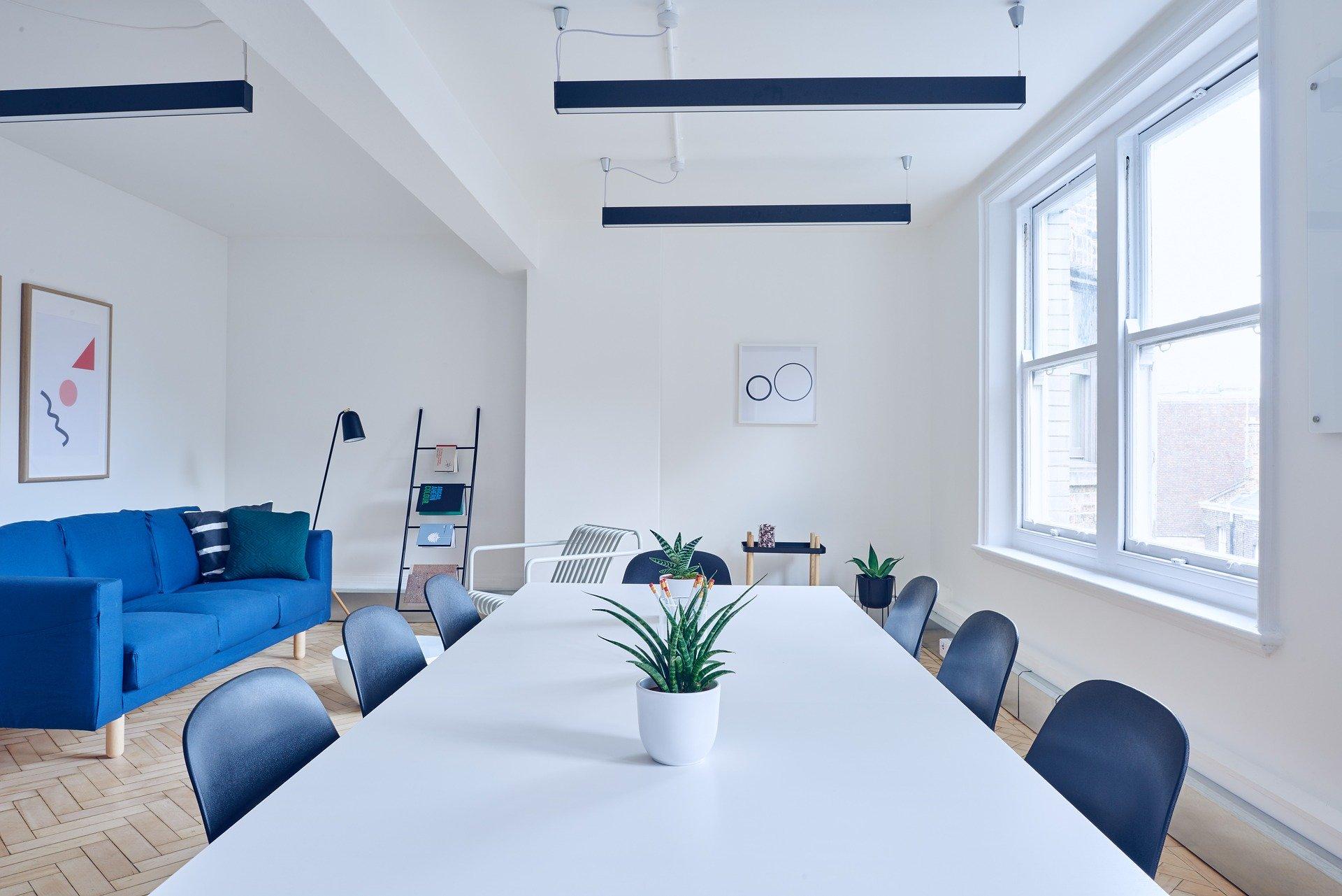 Büro mit Tisch und Stühlen
