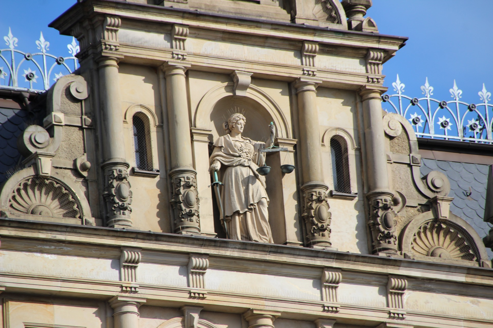 Gebäude mit Justitia