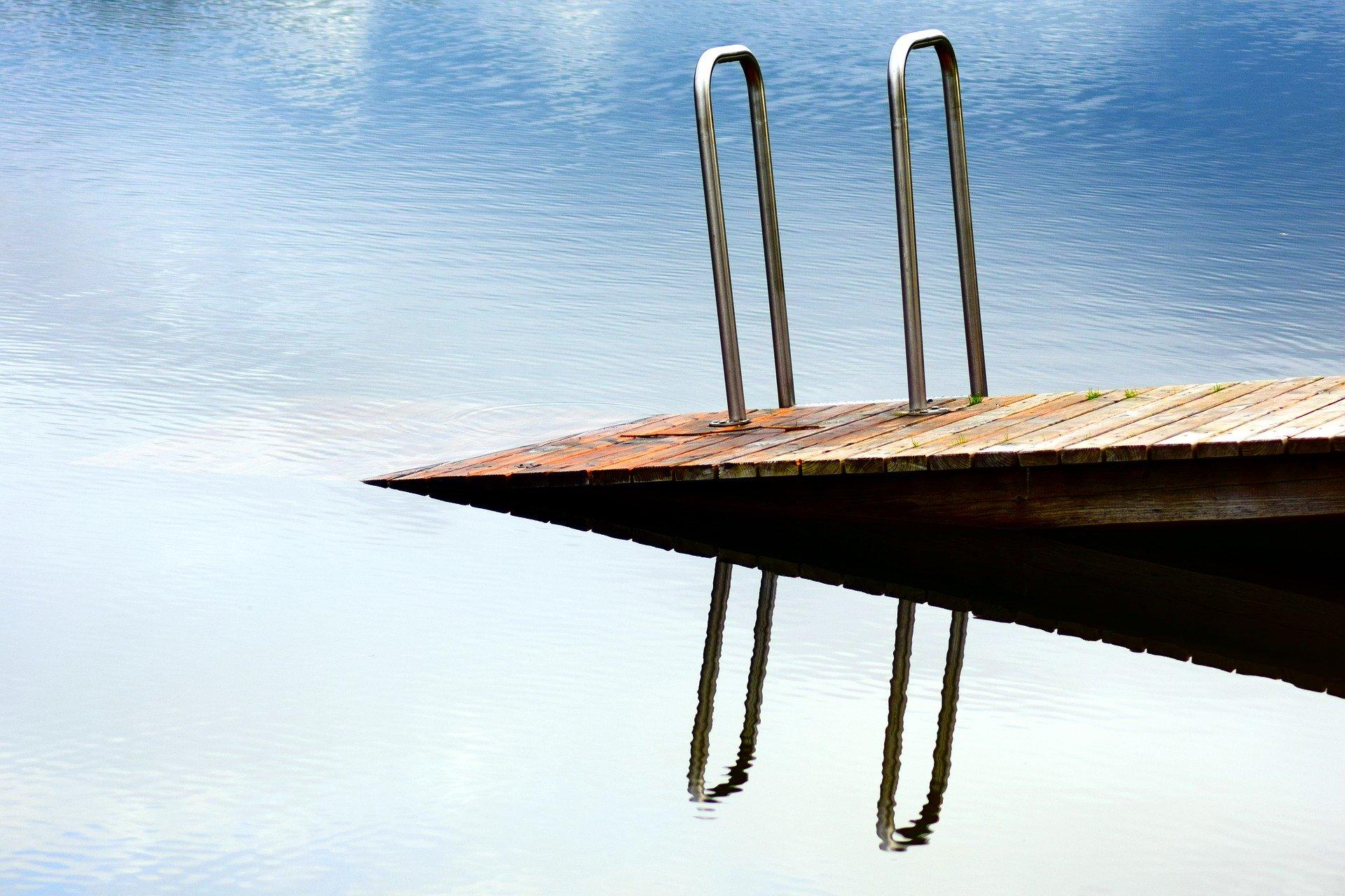 barrierefreier Steg führt ins Wasser