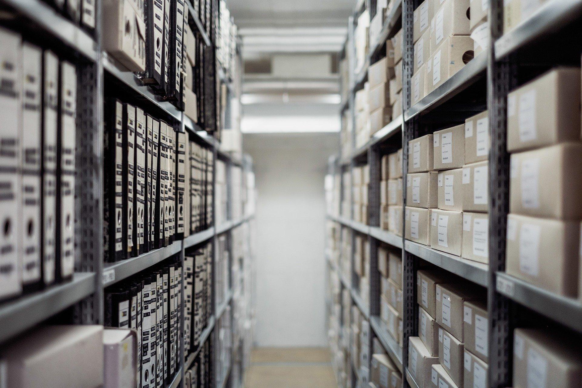 Archiv mit Ordnern und Akten