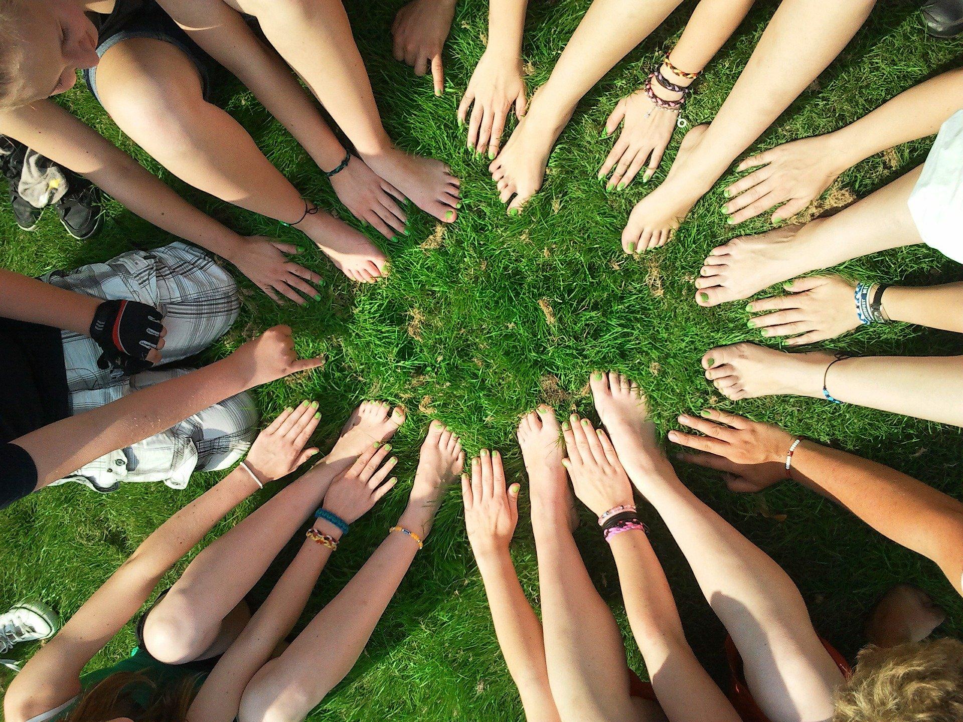 Hände und Füße im Kreis bilden ein Team