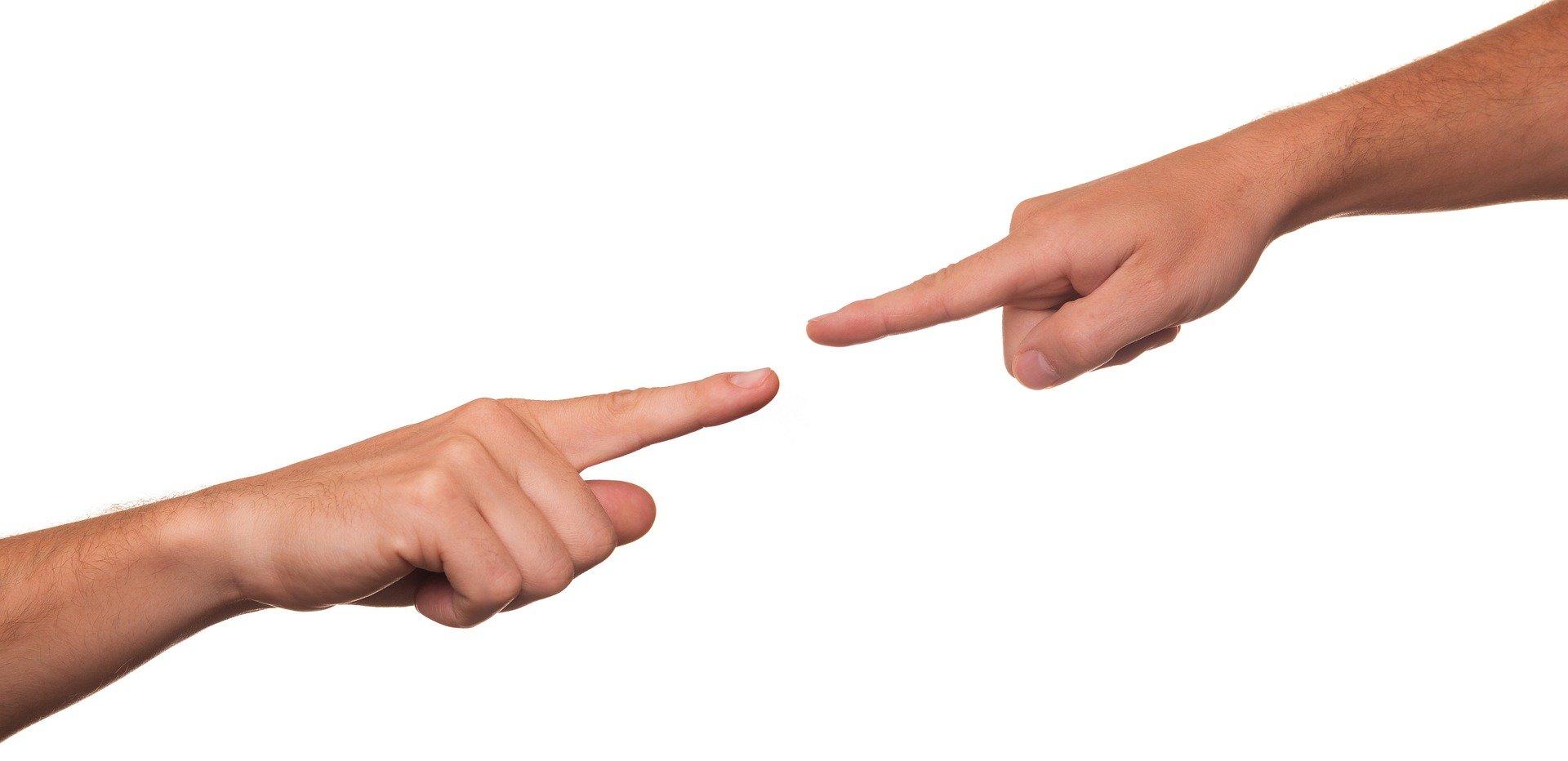 Finger zeigen aufeinander