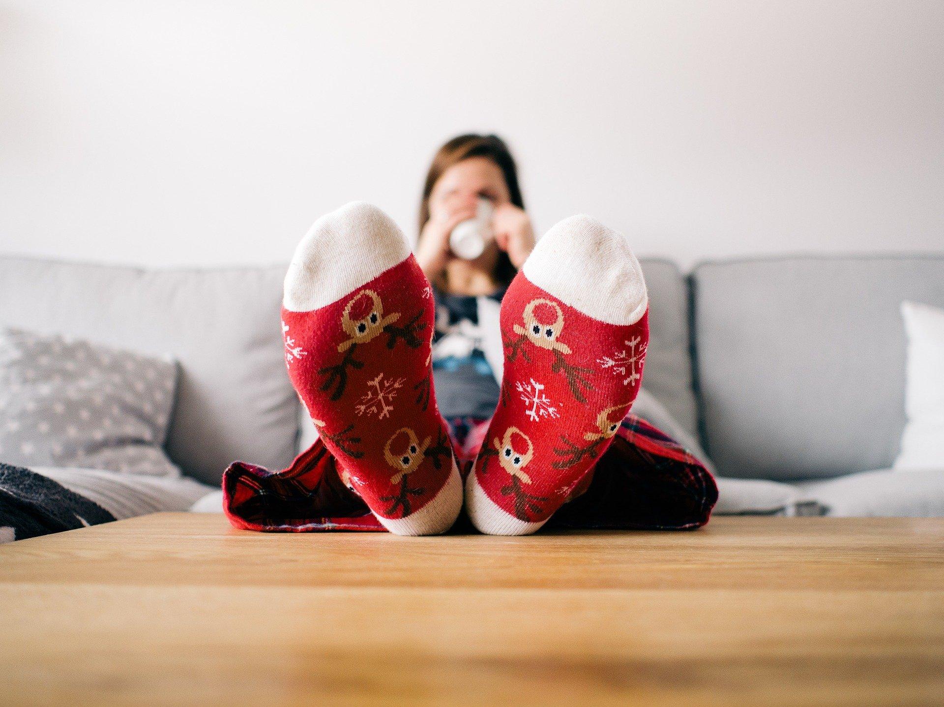 Füße in Weihnachtssocken